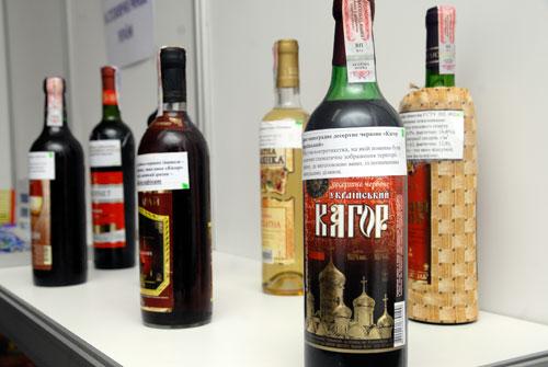 Некачественное спиртное на полках выставки фальсификатов. Фото: Владимир Бородин/Великая Эпоха