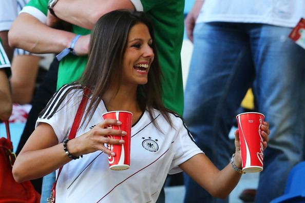 Сильвия Майхель, подруга Марио Гомеса из Германии, смотрит матч между Германией и Данией на Арене Львов 17 июня 2012 года, Украина. Фото: Martin Rose/Getty Images
