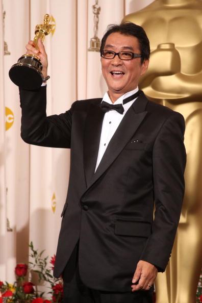 Режиссер Йодзиро Такита получил Оскар за свой фильм 'Отбытие', победивший в номинации 'Лучший иностранный фильм'. Фото: MARK RALSTON/AFP/Getty Images