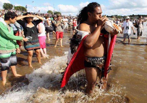 Жителі Нової Зеландії готуються відзначити день Вайтанги - національне свято, що відзначається на честь дня заснування Нової Зеландії - 6 лютого 1840р. Фото: Phil Walter / Getty Images Жінка