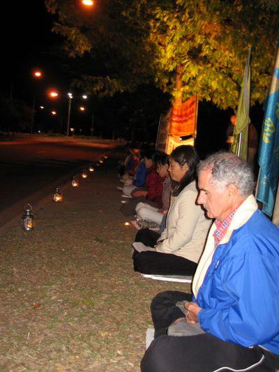 Акция, посвященная девятилетию со дня «инцидента 25 апреля» напротив китайского консульства в г.Канберра (Австралия). Фото с minghui.ca