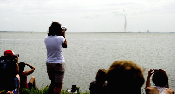 Глядачі спостерігають за стартом шатла «Атлантіс». Фото: JIM WATSON/AFP/Getty Images