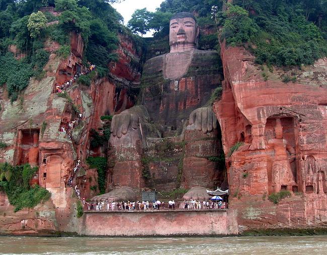 Самый большой Будда в мире: Вид с воды наиболее нагляден в плане пропорциональности масштабов людей и Будды. Фото: Википедия