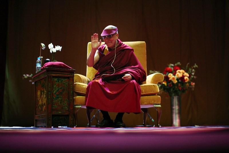 Манчестер, Англия, 17 июня. Его Святейшество Далай Лама приветствует аудиторию в зрительном зале города во время многодневного визита в Англию. Фото: Christopher Furlong/Getty Images