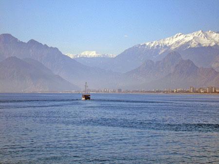 Порт в Анталії. Фото: Олена Підсосонна