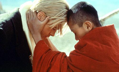 Кадр із фільму «Сім років в Тибеті»: юний Далай-лама прощається з Хайнріхом Харрером. Фото: kinopoisk.ru