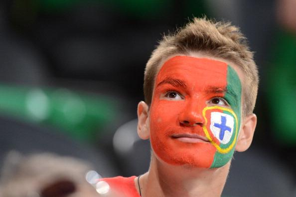 Португальский поклонник ждет начала матча Испания — Португалия 27 июня, Донбасс Арена в Донецке. Фото: PATRICK HERTZOG/AFP/Getty Images