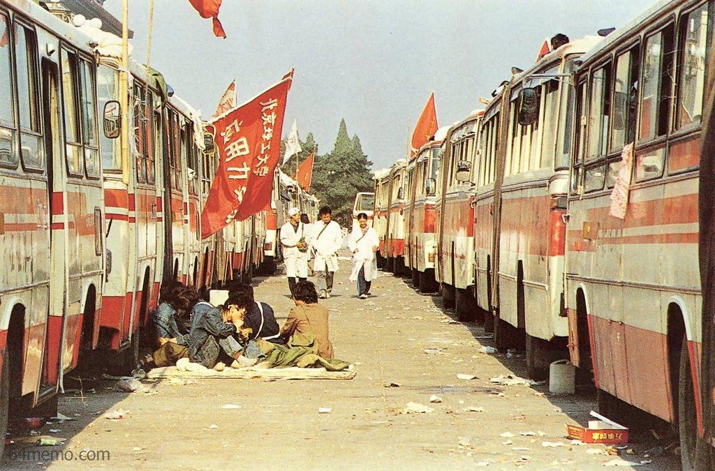 25 мая 1989 г. Автобусы на площади Тяньаньмэнь стали временным домом многих студентов. Фото: 64memo.com
