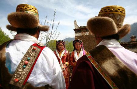 Жених і наречена, боярин і подруга нареченої чекають гостей. Фото: China photos/ Getty image