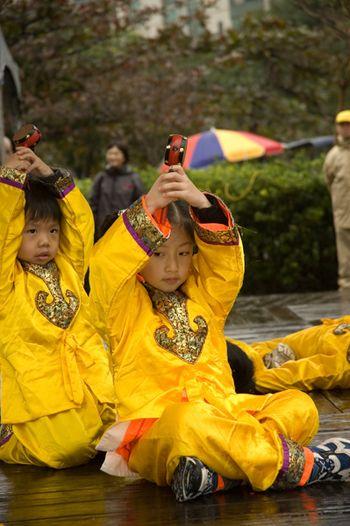 Юные последователи «Фалуньгун» исполняют танец. Фото: Ван Женцзюнь/Великая Эпоха