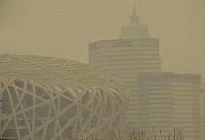 За рік від отруєння брудним повітрям умирає 300 тис китайців. Фото: AFP