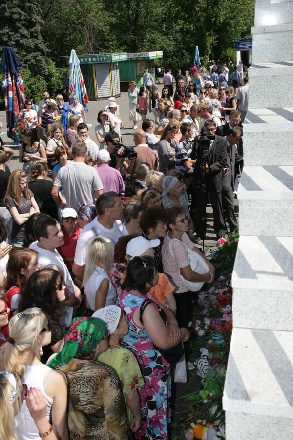 До імпровізованого меморіалу жертв трагедії були покладені квіти. Сотні людей з 11 липня несуть до «меморіальної стіни» Річкового вокзалу квіти, вінки, свічки та дитячі іграшки. Фото: prav.tatarstan.ru