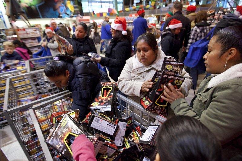 В США с Дня благодарения начинается подготовка к Новому году и Рождеству. Люди запасаются подарками и открытками, чтобы в дни новогодних праздников создать предпраздничное настроение себе и домашним. Фото: Michael Loccisano/Getty Images
