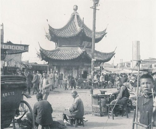 Ярмарка возле храма. Фото с aboluowang.com