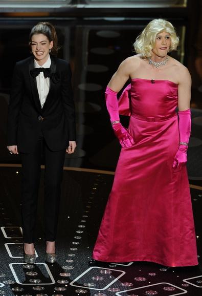 Ведущие Джеймс Франко и Энн Хэтэуэй. Фото: GABRIEL BOUYS/AFP/Getty Images