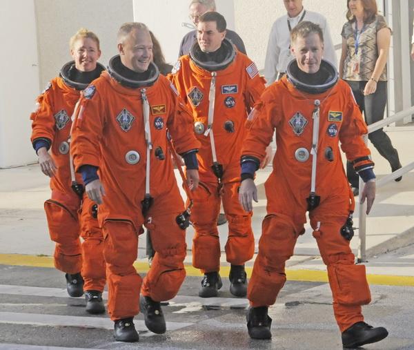Перед началом предполетной проверки. Астронавты шаттла выходят из здания Космического центра им. Кеннеди. Фото: BRUCE WEAVER/AFP/Getty Images