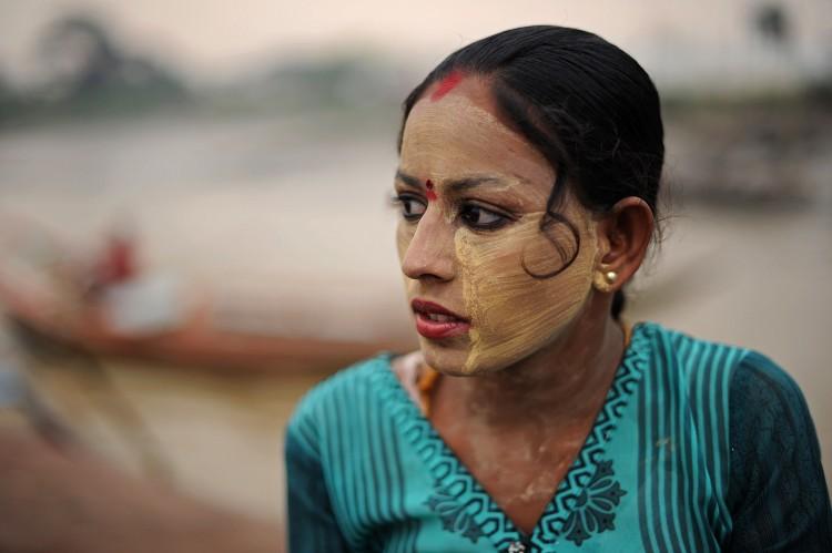 Путешествие в Бирму: Паста танака используется бирманками свыше 2000 лет в повседневной жизни и для торжественных церемоний, когда рисунок на лице должен подчеркнуть благородство женщины. Фото: CHRISTOPHE ARCHAMBAULT/AFP/Getty Images