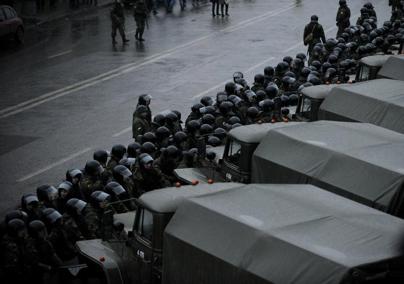Милиция дежурит во время акции протеста в центре Москвы 10 декабря 2011 года в Москве, Россия. Фото: Harry Engels/Getty Images