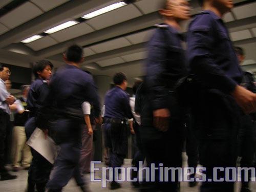 В аэропорту у Отдела по контролю над въездом собрался персонал в большом количестве. Фото: Великая Эпоха