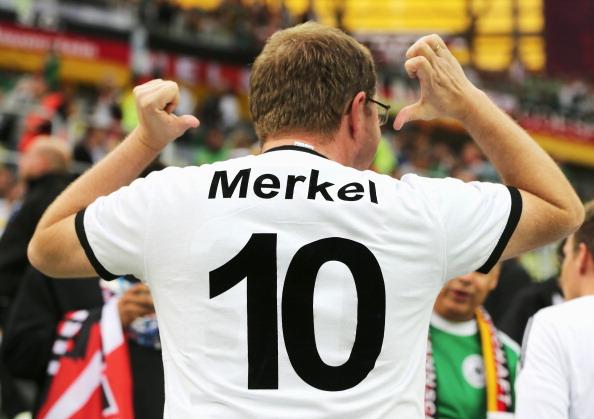 Немецкий болельщик демонстрирует футболку с фамилией немецкого канцлера Ангелы Меркель на матче Германия — Греция 22 июня, Польша. Фото: Alex Grimm/Getty Images