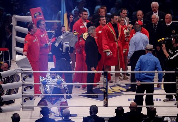 Впервые на ринг с Владимиром Кличко вышла девушка. Гамбург. Германия, 2 июля 2011 года. Фото: Martin Rose/Bongarts/Getty Images