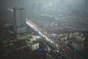 День внезапно стал тёмным, как ночь. Шанхай. 15 часов 5 мая 2009 года. Фото с epochtimes.com