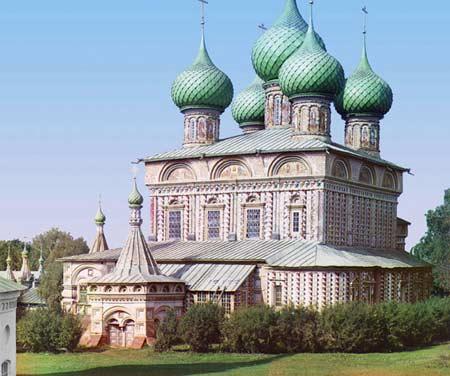 Церква Воскресіння на нетрях, Кострома, 1910 року. Ранні російські церкви були прикрашені всередині й зовні мозаїками, фресками й різьбленням, часто в яскравих фарбах. Внутрішнє оздоблення церкви Воскресіння на нетрях у Костромі, побудованої в 1650 -х рок