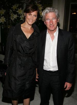Ричард Гир (Richard Gere) и его жена Кэри Лоуэлл (Carey Lowell) на вечеринке в Метрополитен Клаб по случаю премьеры фильма 'Мистификация' (The Hoax) . Фото: Peter Kramer/Getty Images