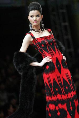 В Пекине на протяжении 9 дней проходила 10-я Международная неделя моды в Китае, на которой была показана одежда от тысяч местных и зарубежных дизайнеров. Фото: AFP
