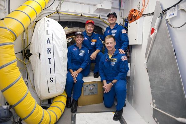 Екіпаж «Атлантіса» біля вхідного люка в шатл. Фото: Kim Shiflett/NASA via Getty Images