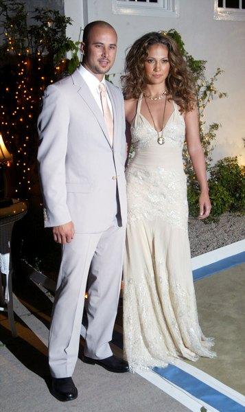 Дженнифер Лопес с бывшим мужем танцором Крисом Джаддом на торжественном открытии своего ресторана Madre's в Пасадене, 12 апреля 2002 года. Фото: Mel/Getty Images