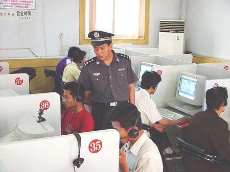 Надсмотрщик в интернет-кафе. Фото: Великая Эпоха