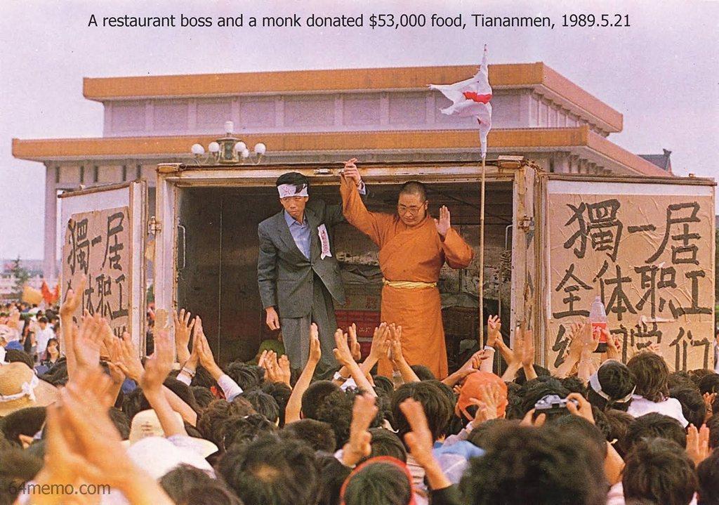21 травня 1989 р. Директор ресторану Лі Нань і керівник китайської Асоціації буддистів чернець Юань Лі купили студентам продукти на суму $7,5 тис. Фото: 64memo.com