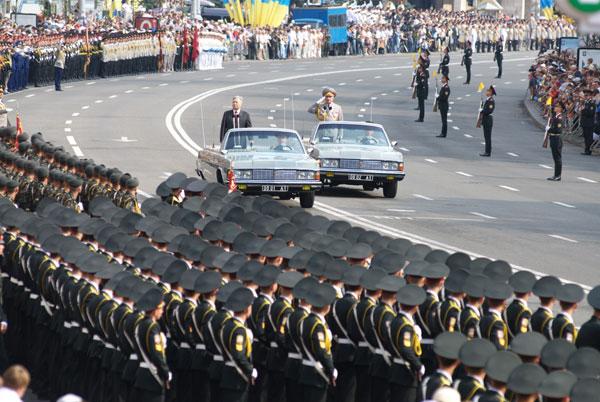 Министр обороны Юрий Ехануров приветствует военных перед началом парада. Фото: Владимир Бородин/The Epoch Times
