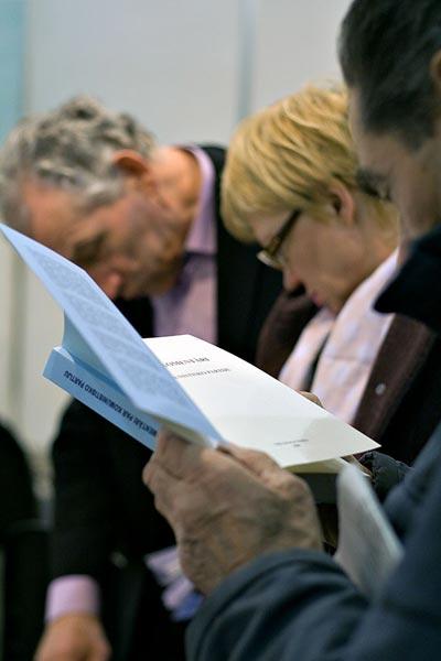 Гости LATVIAN BOOK FAIR 2009 знакомятся с «Девятью комментариями о коммунистической партии» . Фото: The Epoch Times