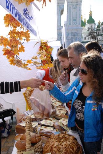 Ярморка во время «Праздника хлеба и урожая» на Софиевской площади в Киеве. Фото: Владимир Бородин/Великая Эпоха