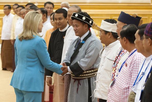Госсекретарь США Хиллари Клинтон приветствует членов верхней палаты парламента Мьянмы во время встречи в Парламентском подворье в Нейпьидо 1 декабря 2011 года. Фото: Saul Loeb/Getty Images