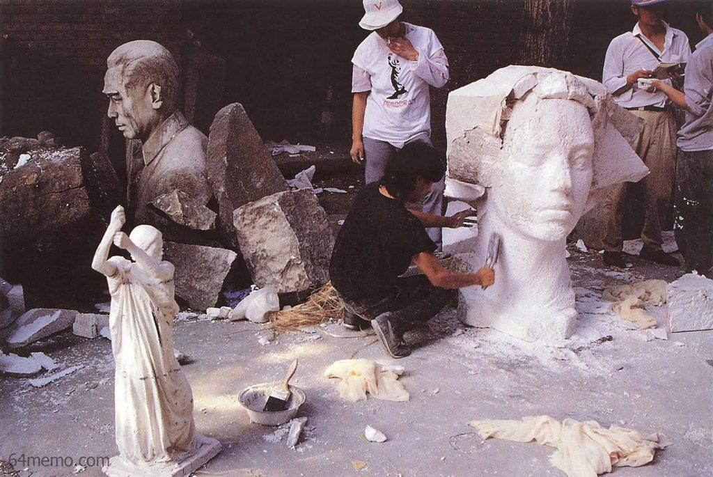 28 травня 1989 р. Студенти - майбутні скульптори намагаються зробити китайську демократичну статую Свободи. Фото: 64memo.com
