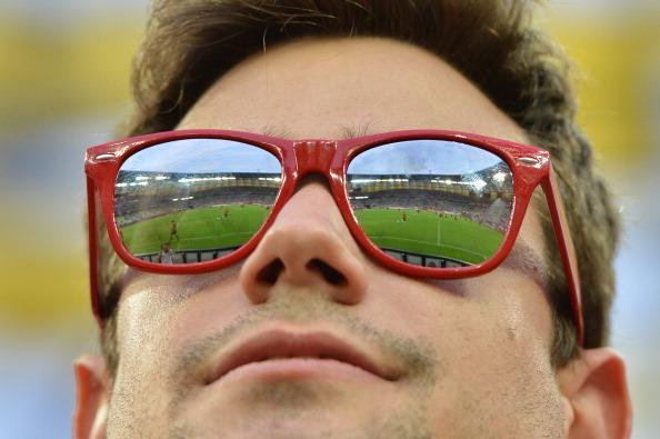 Стадион отражается в очках футбольного болельщика накануне матча Хорватии против Испании 18 июня 2012 года, Арена Гданьск. Фото: GABRIEL Bouys/AFP/Getty Images
