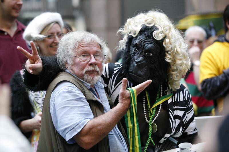 Фото на память с Биллом Одди. Фото: greatgorillarun.org