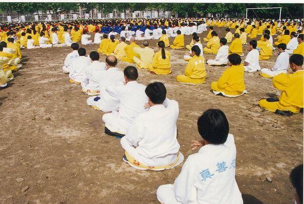 1996 г., г.Ухань провинции Хубэй. Коллективное выполнение упражнений Фалуньгун. Фото с minghui.org