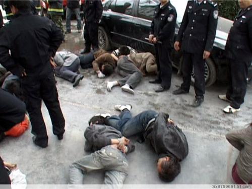 Полиция разгоняет участников протеста. 18 ноября. Город Луннань, провинция Ганьсу. Фото с epochtimes.com