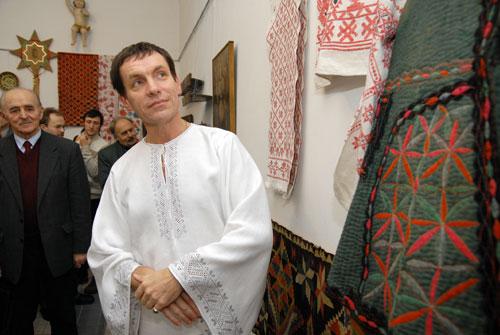 Заступник директора музею Івана Гончара проводить екскурсію по експозиції вишивки. Фото: Володимир Бородін/Велика Епоха