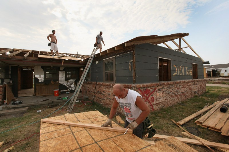 Пошкоджені будинки відновлюються. Фото: Scott Olson/Getty Images