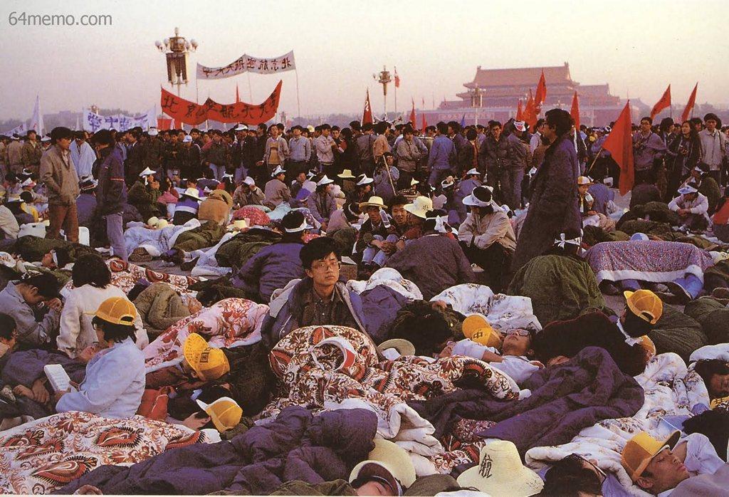 15 мая 1989 г. Утро третьего дня голодовки на площади Тяньаньмэнь, участников которой постепенно стало около трёх тысяч. Фото: 64memo.com