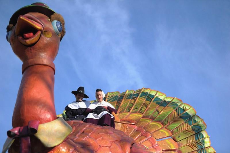 Актриса Деби Мазар и ее муж Габриэль Коркос сидят верхом на индейке в 85-й ежегодный День благодарения на Macy's Параде 24 ноября 2011 года в Нью-Йорке. Фото: Michael Loccisano/Getty Images
