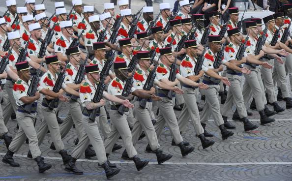 Солдаты четвёртого иностранного полка (легиона) маршем прошли по Елисейским полям во время ежегодного дня взятия Бастилии. Парад в Париже 14 июля 2011 года. Фото: Getty Images