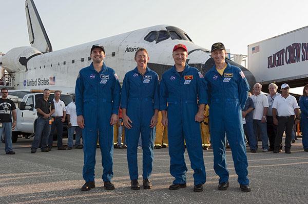 Шатл «Атлантіс» приземлився! На фото екіпаж човна (справа наліво): командир Крістофер Фергюсон, пілот Дуглас Херлі, фахівці Сандра Магнус і Рекс Уолхейм. Фото: NASA/Kim Shiflett