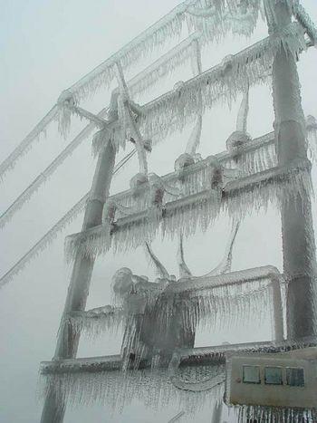 Місто Гуйян провінції Гуйчжоу. Обмерзлі електровежі і дроти електропередач. Фото з сайту epochtimes.com