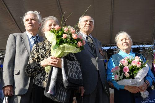 Помимо новобрачных, организаторы церемонии пригласили пары, которые прожили вместе долгие годы супружеской жизни. Фото: Владимир Бородин/Великая Эпоха